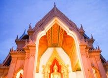 顶房顶泰国的寺庙 免版税图库摄影