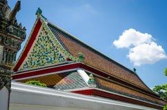 顶房顶泰国的寺庙 免版税库存图片