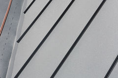 顶房顶金属板或工厂厂房波纹状的屋顶或储藏 免版税库存照片