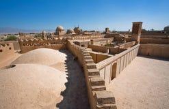 顶房顶从黏土房子的看法在沙漠镇历史区域  免版税库存照片