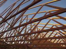 顶房顶建设中一个木的房子 免版税库存图片