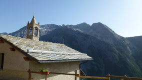 顶房顶ot教堂在Bessen Haut - Pidemont意大利 库存图片