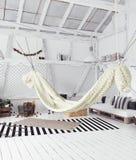 顶楼与吊床的室内设计想法,斯堪的纳维亚boho样式 免版税库存照片