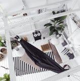 顶楼与吊床的室内设计想法,斯堪的纳维亚boho样式 图库摄影