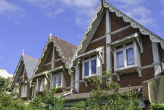 顶楼和古典屋顶山墙在悉尼邻里 免版税库存照片