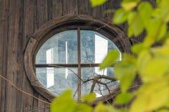 顶楼窗口在被放弃的房子里 免版税库存图片