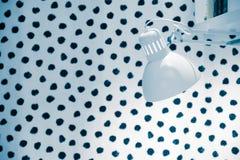 顶灯,床边胸口A床口地毯 床软的一揽子枕头 舒适大气  库存照片