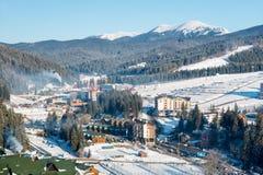 顶视图一个小的镇的冬天风景在山附近的 库存照片