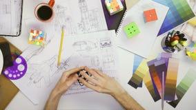 顶视图与异常的Rubiks立方体的工程师playng 影视素材