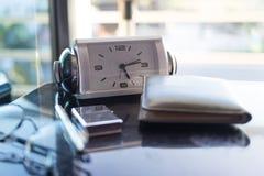 顶视图书桌在卧室和在桌上有玻璃,时钟, walle 免版税库存图片