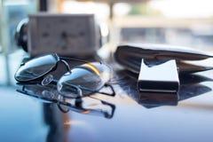 顶视图书桌在卧室和在桌上有玻璃,时钟, walle 库存照片