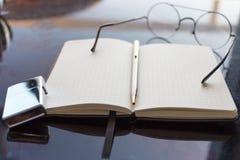 顶视图书桌在卧室和在桌上有玻璃,时钟, walle 免版税库存照片