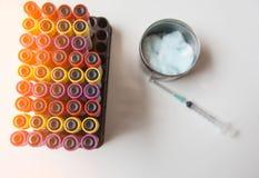 顶视图五颜六色的样品血液管和注射器,从患者的棉花在实验室 库存照片