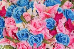 顶视图人为玫瑰,开花与蕨叶子背景的样式纹理的百合花 库存图片
