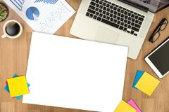 顶视图人使用在一个木桌面和拷贝上的膝上型计算机手 库存图片