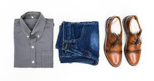 顶视图人服装,灰色衬衣,蓝色牛仔裤,皮鞋变褐 免版税库存照片