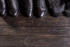 顶视图人` s鞋子和妇女在木背景的` s鞋子 免版税库存照片