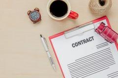顶视图企业与咖啡汽车笔的合同形式 图库摄影