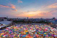 顶视图倍数上色夜跳蚤市场屋顶上面 免版税库存照片