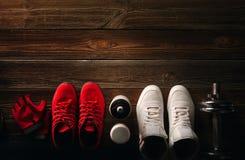 顶视图健身设备和补充在木地板上在gy 免版税库存照片
