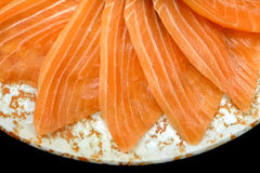 顶视图关闭在花形状的三文鱼生鱼片服务在黑背景,日本式的白色冰碗小船 免版税库存图片