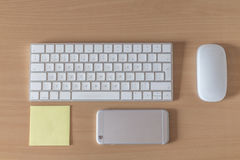 顶视图办公桌键盘老鼠智能手机和柱子 免版税库存照片