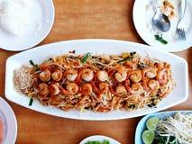 顶视图和大大小平的位置烘干了面条或垫泰国用在白色板材的许多虾 免版税库存图片