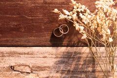 顶视图和温暖的口气 两在白色花束旁边被投入的银色圆环 免版税图库摄影