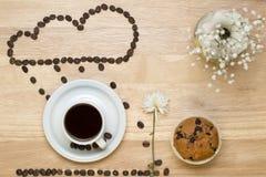 顶视图咖啡、松饼、花和咖啡豆 库存照片