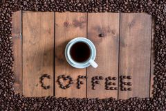 顶视图咖啡与咖啡豆方形的框架的在木 免版税库存照片