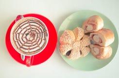 顶视图咖啡和面包 图库摄影
