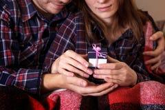顶视图图片男女手礼物盒圣诞节家庭庆祝递格子花呢披肩礼物华伦泰爱 免版税库存图片