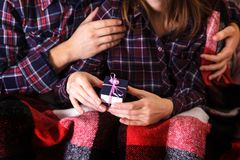 顶视图图片男女手礼物盒圣诞节家庭庆祝递格子花呢披肩礼物华伦泰爱 库存图片