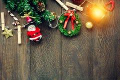 顶视图圣诞节装饰、灯和首饰晒衣绳 免版税库存照片