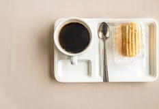 顶视图在会议和快餐之间的咖啡休息在与col的盘 库存图片