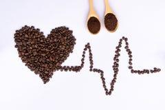 顶视图在心脏形状的咖啡豆 库存照片