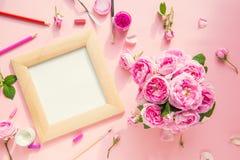 顶视图在木制框架的帆布空白,艺术材料-在的色的铅笔、刷子,树胶水彩画颜料,淡色和午后茶会玫瑰花束 库存照片