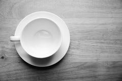 顶视图在木桌上的咖啡杯 黑白口气 免版税库存图片