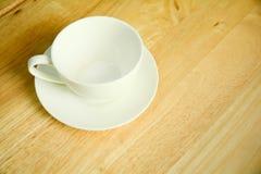 顶视图在木桌上的咖啡杯 库存照片