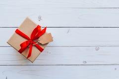 顶视图在木桌背景的礼物盒与拷贝空间 免版税库存图片