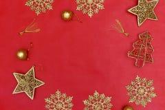 顶视图在红色背景的圣诞节装饰 免版税图库摄影