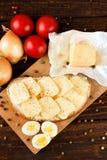 顶视图在船上用鸡蛋面包和菜 库存照片