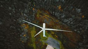 顶视图在运转的风车的寄生虫飞行在冬天森林里,未来供选择的可更新的环境友好的能量概念 影视素材