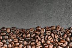 顶视图在黑背景的咖啡豆 库存照片