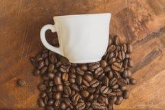 顶视图堆放置cofee的豆和的杯子上面 库存照片