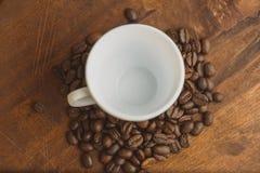 顶视图堆cofee豆和杯子停留上面 免版税库存图片