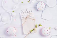 顶视图复活节假日结构的手工造有空的空白的,与绿叶年轻射击,杯形蛋糕,心脏的分支笔记本 图库摄影