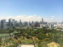 顶视图大厦风景城市,蓝天 免版税库存照片
