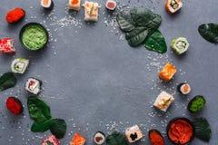 顶视图套寿司卷和gunkan在土气灰色和米背景 免版税图库摄影