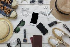 顶视图妇女和人的旅行的精华概念 免版税库存图片